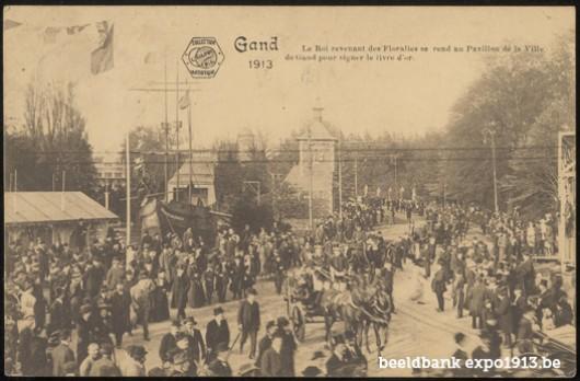 De Koning op weg van de Floraliën naar het Paviljoen van de Stad Gent om er het Gouden Boek te ondertekenen (26/4/1913)