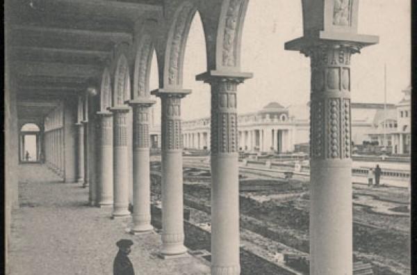La Colonnade de la Section Française, Vue sur la Cour d'Honneur